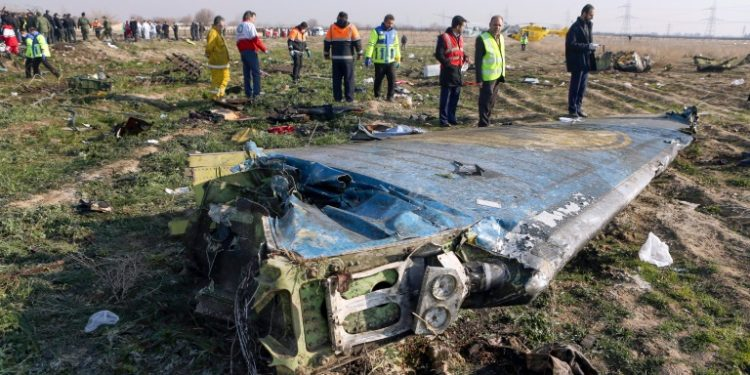 Equipos de rescate el 8 de enero de 2020 en el lugar donde se estrelló un avión ucraniano minutos después de despegar desde Teherán (AFP).