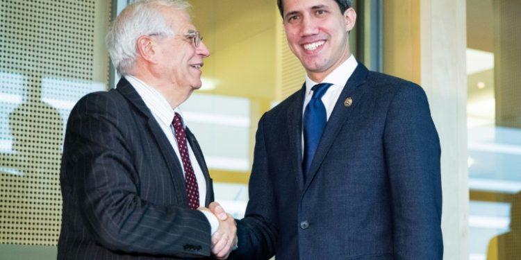 El alto representante para la Política Exterior de la Unión Europea, Josep Borrell (izq), recibe al opositor venezolano Juan Guaidó, reconocido como presidente interino por medio centenar de países, el 22 de enero de 2020 en Bruselas (AFP).