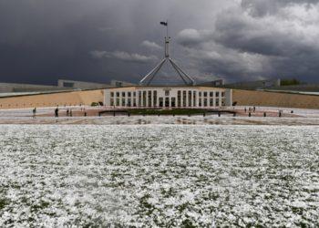 El granizo en los jardines del Parlamento en Canberra (Reuters)