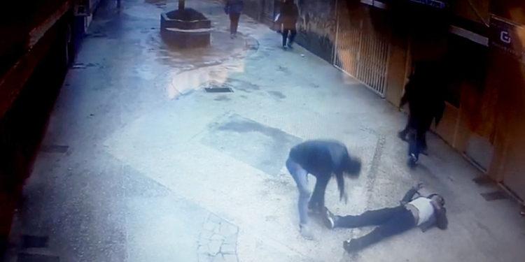 Cámaras de seguridad capotaron momento en que asaltaron a un joven.