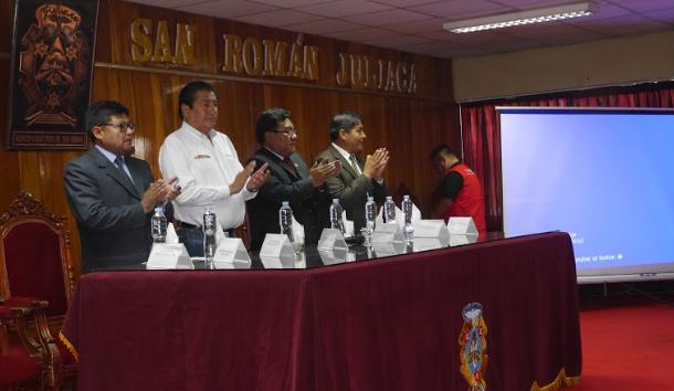 Ministro se reunió con el alcalde después de ceremonia.