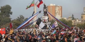 En el tercer mes de protestas, los chilenos volvieron a salir a las calles para demandar reformas estructurales, en Santiago de Chile, el 17 de enero de 2020. (EFE).