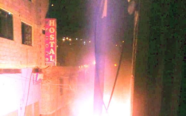 Enardecida población quema burdeles en la Rinconada.
