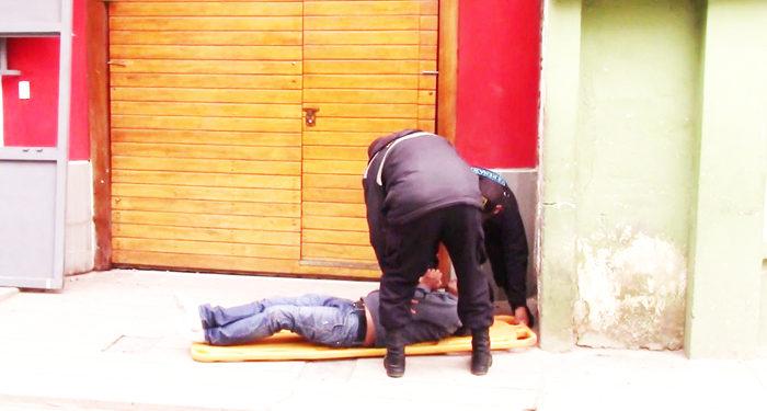 Joven dormía en la calle.