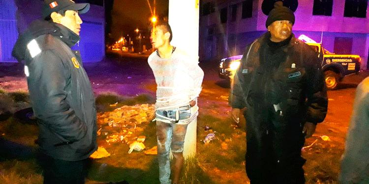 presunto ladrón fue atado en un poste de alumbrado publico.