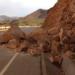 Rocas caen en carretera.