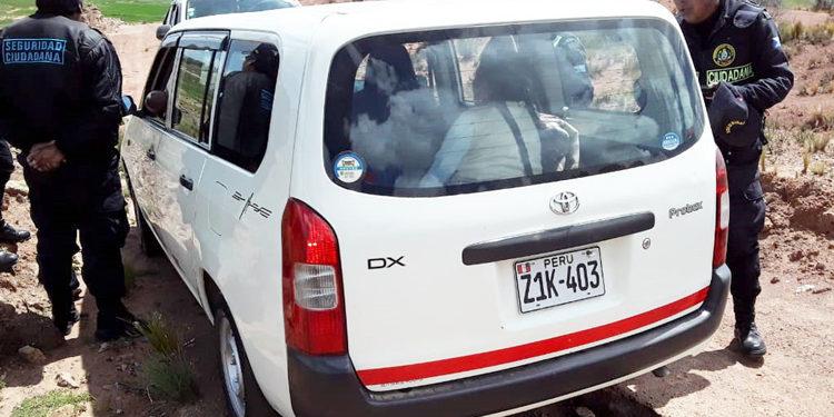 Una pareja de señores mantenían relaciones sexuales en un vehículo.