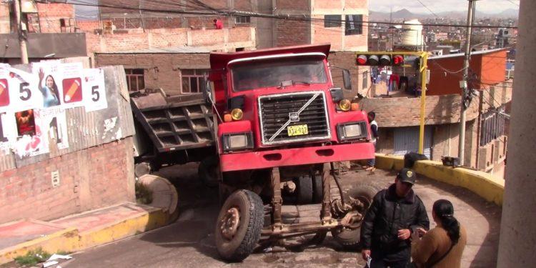 vehículo pesado se averió en medio de la pista.