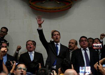 El líder opositor venezolano Juan Guaidó (C), luego de jurar en el Parlamento, en Caracas, el 7 de enero de 2020. (AFP).