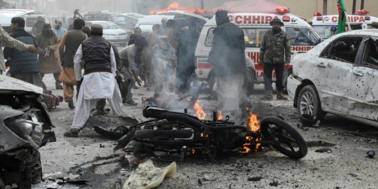 Una motocicleta arde aún junto a otros vehículos destrozados por la explosión tras el atentado suicida cometido el 17 de febrero de 2020 en la ciudad paquistaní de Quetta.