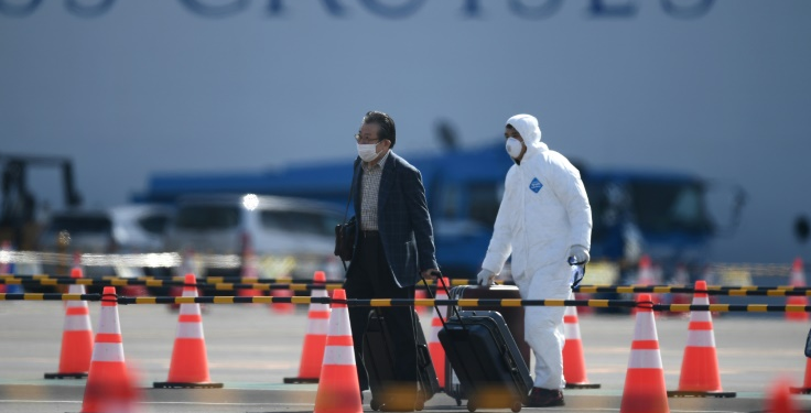 Un pasajero desembarca en Yokohama, Japón, del crucero Diamond Princess el 19 de febrero de 2020. (AFP).