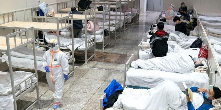 Los trabajadores médicos con trajes protectores atienden a pacientes en el Centro Internacional de Exposiciones y Conferencias de Wuhan, que se ha convertido en un hospital improvisado para recibir pacientes con síntomas leves causados por el nuevo coronavirus, en Wuhan. (Foto: Reuters).