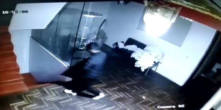 Cámaras de seguridad captan a sujeto llevándose un televisor de un hotel.