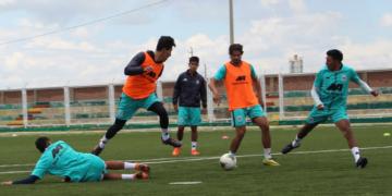 Deportivo Binacional entrenó en el estadio Municipal de Caracoto.