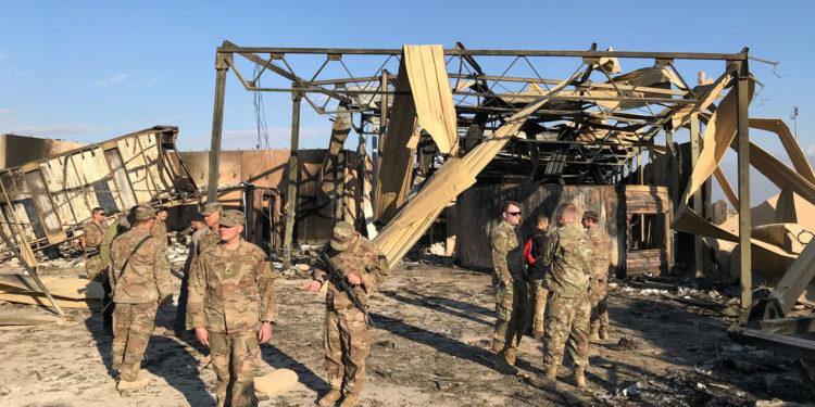 Soldados de EE.UU. inspeccionan el lugar del ataque de Irán en la base aérea Al Asad, Irak, el 13 de enero de 2020.