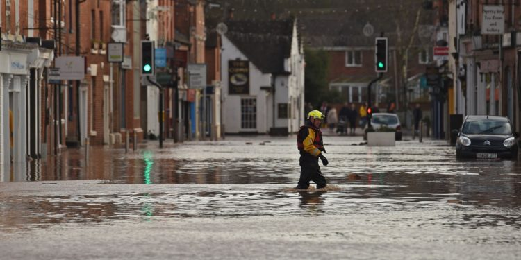 Tormenta Dennis causó inundaciones en grandes extensiones de Gran Bretaña. Foto: AFP