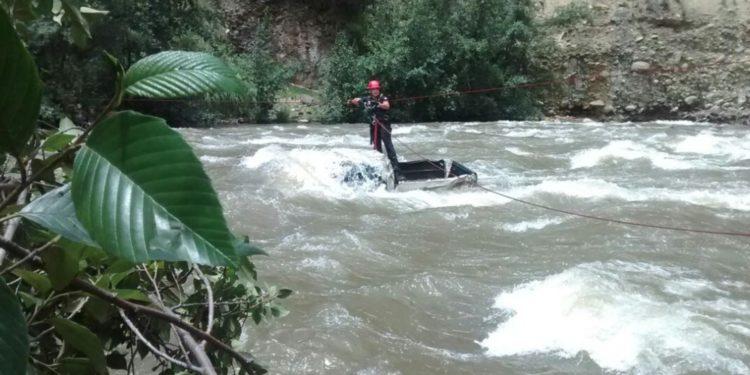 Efectivos de la Policía Nacional del Perú rescataron a dos mujeres que cayeron al río Santa, en la región Áncash. (Andina).