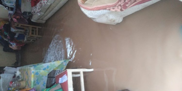 Las aguas servidas y pluviales ingresaron a las viviendas de los ciudadanos de Azángaro.
