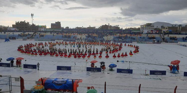 Fuerte granizada estremece a Puno, pese a ello continúo el concurso de danzas autóctonas.