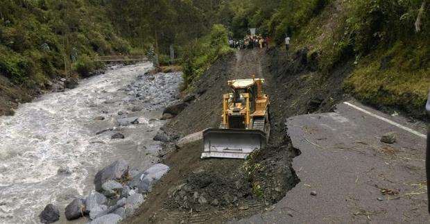 Con maquinaria tratan de rehabilitar la carretera.
