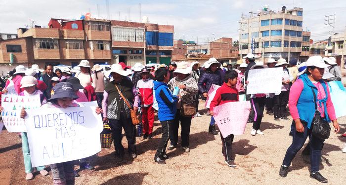 Padres de familia y niños realizan sus protestas con pancartas en mano.