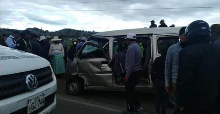 Accidente de tránsito. Pobladores tratando de ayudar a los heridos.