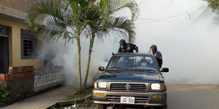Personal de salud en Cusco fumiga viviendas para frenar la propagación del virus en la región. Los inspectores del Minsa también visitan casas en Madre de Dios (Foto: Diresa Cusco).