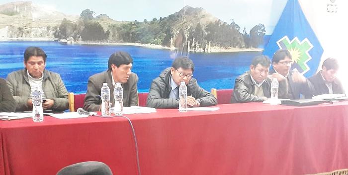 Gobernador regional se reunió con pobladores de la zona sur después de cuatro largas horas.