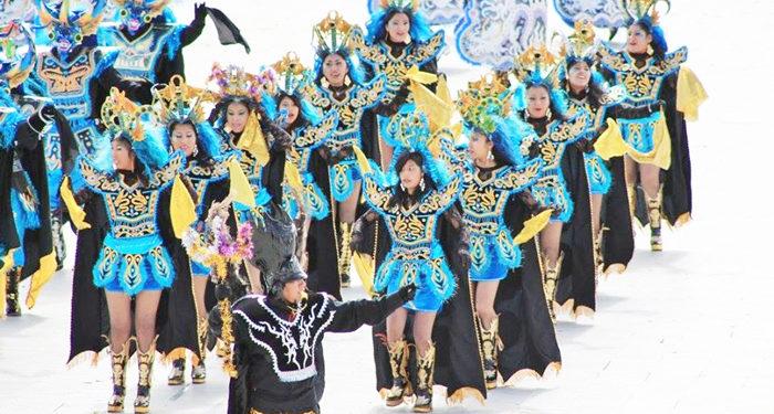 Integrantes de la agrupación en plena participación para la Mamita Candelaria, en el estadio Enrique Torres Belón de la ciudad de Puno.