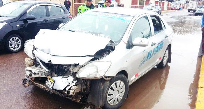 Auto resultó con daños materiales.