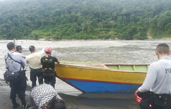Padre busca a su menor hija desaparecida en el río Inambari.