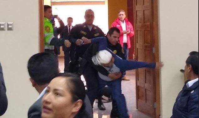 Periodista fue sacado  del recinto donde realizaba su labor.