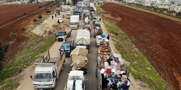 Sirios huyen de los combates en la provincia de Idlib, blanco de una ofensiva del régimen, el 28 de enero de 2020. (AFP).