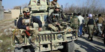 Las fuerzas de seguridad afganas llegan al lugar de un atentado con coche bomba al norte de Kabul el 11 de diciembre de 2019.(AFP).