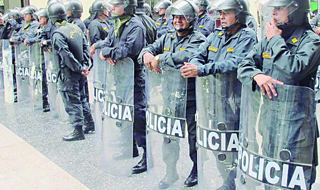 TRABAJADORES ADMINISTRATIVOS DEL MINSA EN HUELGA BAÑARON EN PINTURA Y HUEVOS A POLICIAS EN PLAZA DE ARMAS Y JIRON DE LA UNION