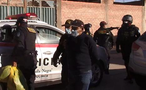 Dos varones portaban documentos falsos de policías