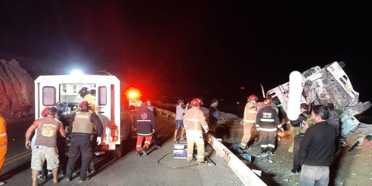Fatal. autoridades apoyaron en labor de rescate de cuerpos y heridos.