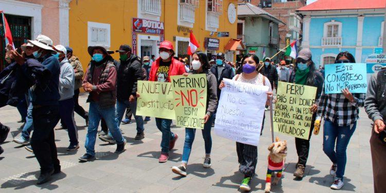 Grupo de jóvenes convocó una movilización para exigir nueva constitución