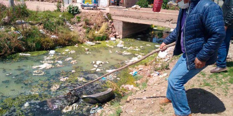 Río acumula gran cantidad de residuos sólidos en su rivera.