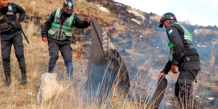 Incendio. Serenos utilizaron mantas mojadas para apagar las llamas de fuego.