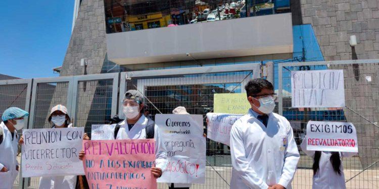 Estudiantes de Medicina de la UNA protestan