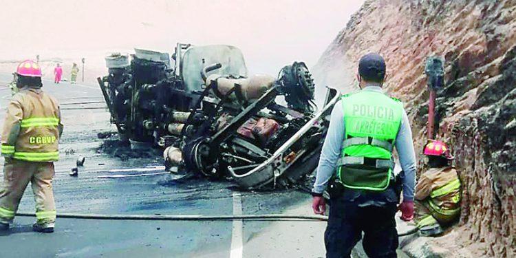 Dos fallecen tras la explosión de cisterna en la carretera Interoceánica Quilca-Matarani