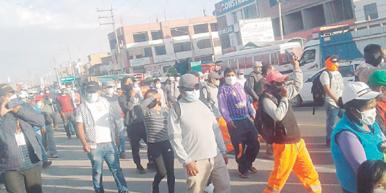 Pobladores bloquean la Panamericana Sur y protestan contra la cuarentena
