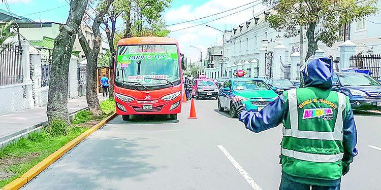 Alcalde Omar Candia ratifica que municipio quitará placas a los vehículos informales