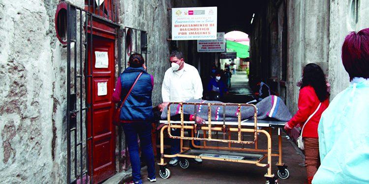 Buscan contratar mil 600 servidores de salud para atención en hospital Goyeneche