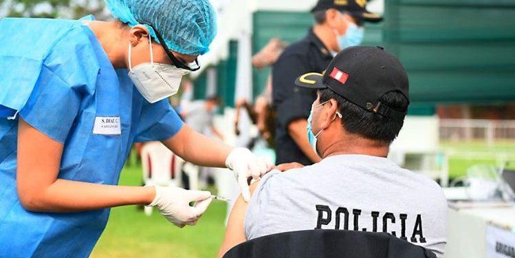 Investigarán a general Zanabria por vacunación a 392 alumnos de la policía