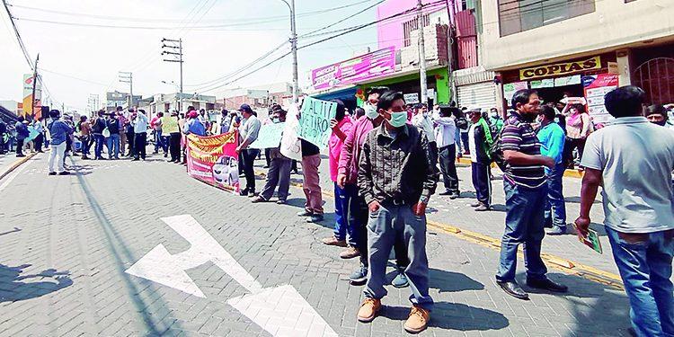 Choferes informales protestan en contra de retiro de placas a las unidades