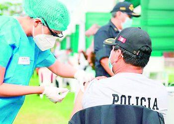 Policías se arrepienten de no vacunarse contra la Covid y ahora piden dosis