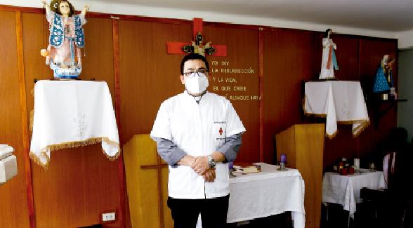 El padre Carlos, el 'médico' que cura el alma de los enfermos del Hospital Covid-19