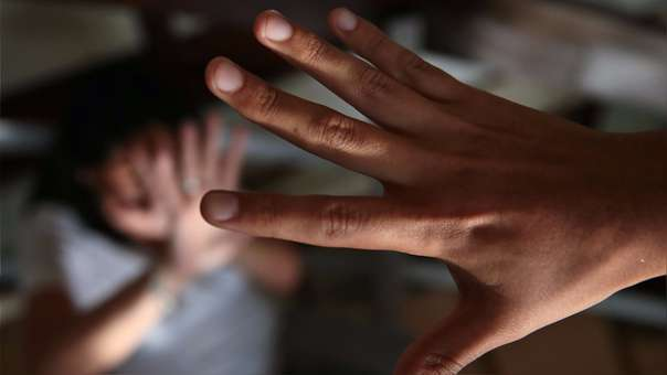 Dictan 14 años de prisión para profesor que violó a joven ebria que dormía en su carro